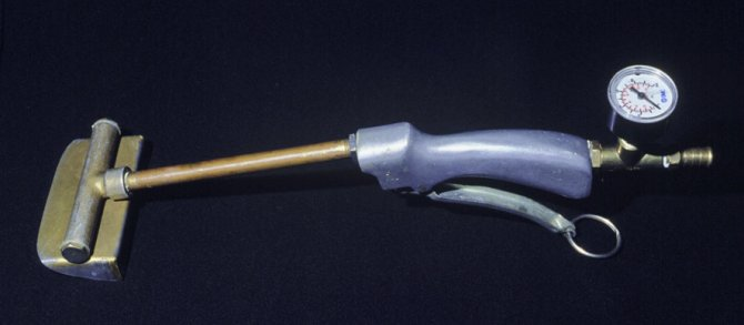 Figure 2: Dutjet wand (showing pressure gauge at handpiece). Source: NSW DPI